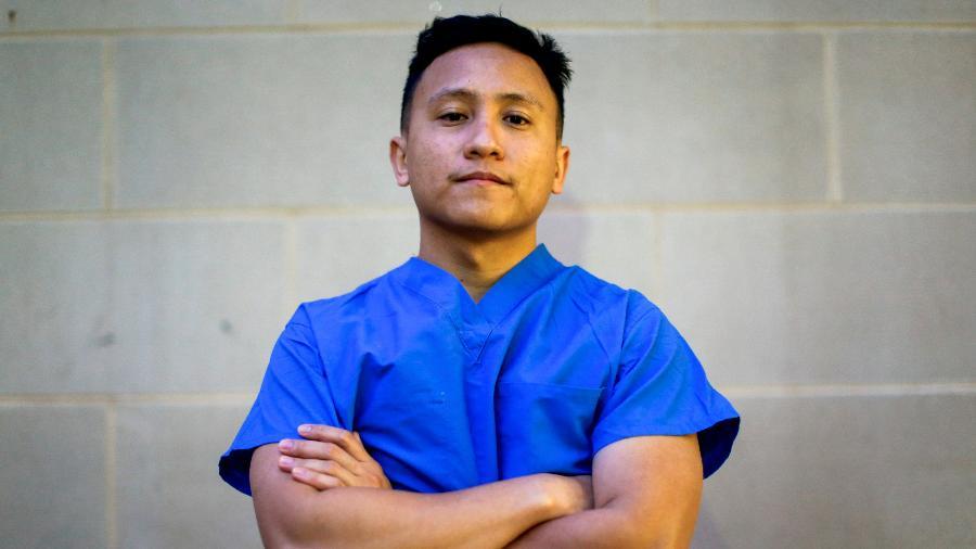 O enfermeiro Ernest Capadngan diz que o momento mais difícil durante o turno foi ver pacientes da covid-19 morrerem impotentes  - Rosem Morton - 3.abr.2020/Reuters