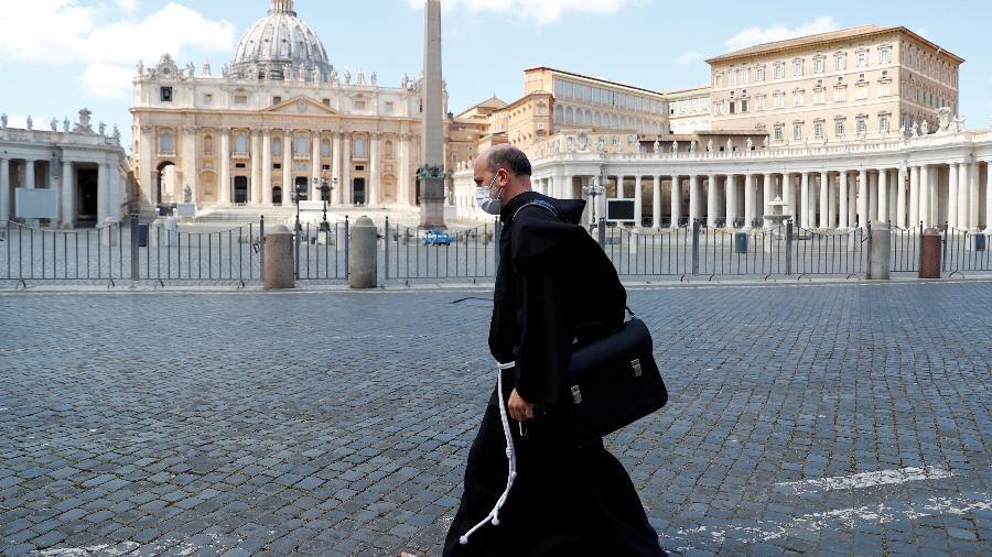Frei usa máscara de proteção ao passar por Praça de São Pedro deserta no Vaticano - Guglielmo Mangiapane