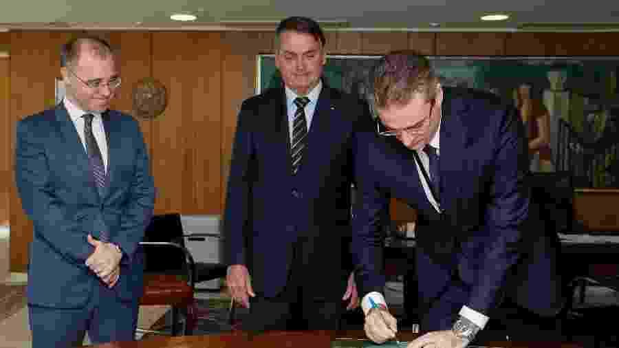 O ministro da Justiça, André Mendonça (esquerda) e o diretor da PF, Rolando Alexandre de Souza (direita) afirmaram que será possível identificar a origem de notícias falsas nas eleições - Isac Nóbrega/PR/Divulgação