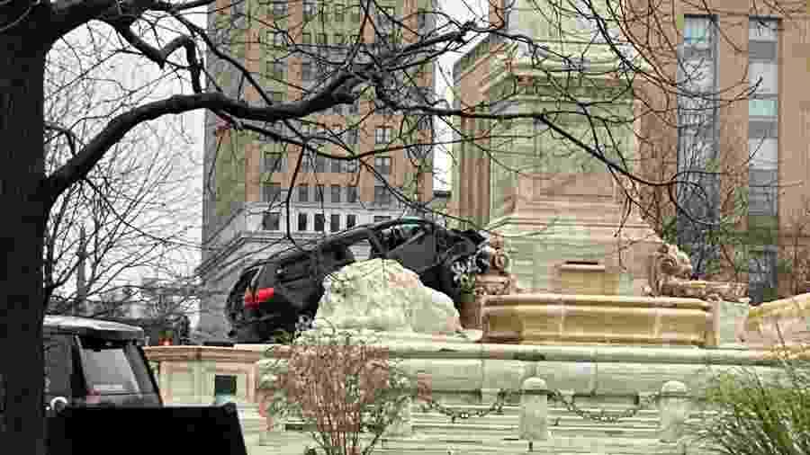 Uma minivan colidiu com o Monumento McKinley, na Niagara Square, em Nova York, nos Estados Unidos - Reprodução/Twitter/@DaveMcKinley2