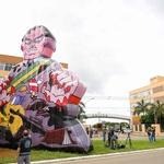 17.jan.2021 - Manifestantes inflam boneco inflável representando o presidente Jair Bolsonaro (sem partido) com as mãos sujas de sangue em frente à sede da Anvisa (Agência Nacional de Vigilância Sanitária) - Sergio Lima/AFP