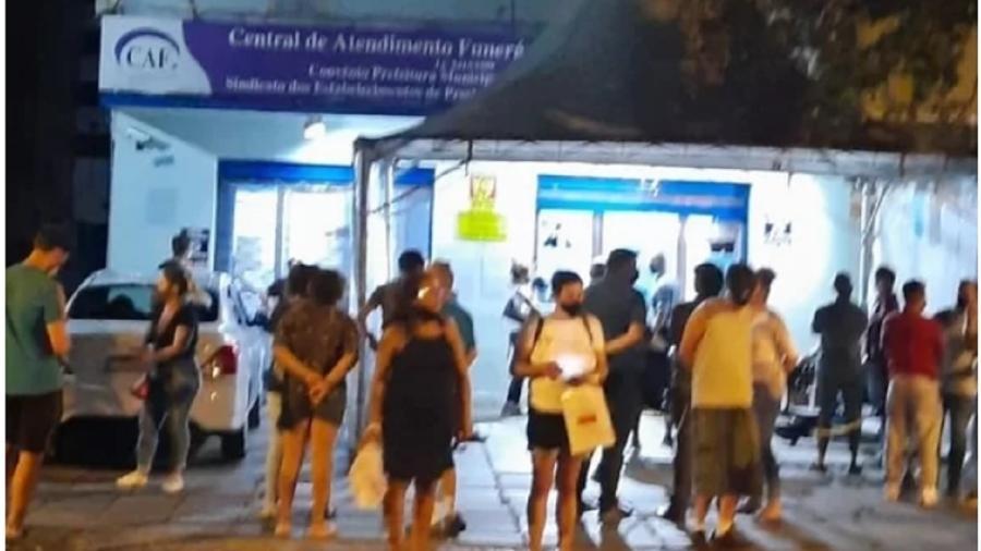 Fila para registro de óbitos em Porto Alegre num sábado, 13 de março: o tempo de espera era de cinco horas. Negacionismo e incompetência matam - Reprodução-ZH/Arquivo Pessoal
