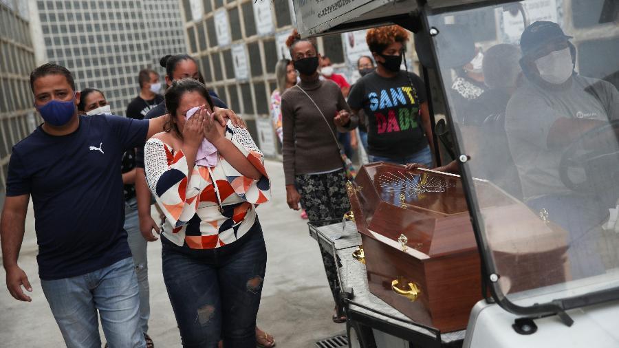 Parentes e amigos reagem durante o enterro de Márcio da Silva Bezerra, 43, morto durante operação policial na favela do Jacarezinho, no Rio de Janeiro - Ricardo Moraes/Reuters