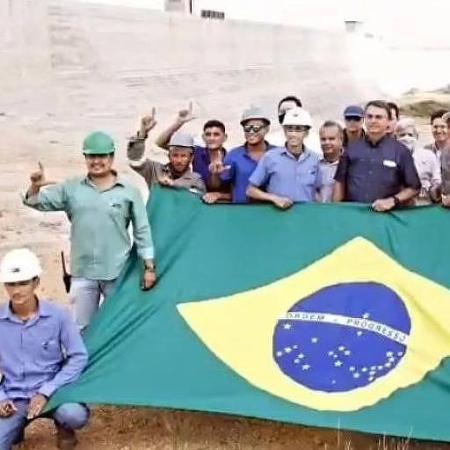 """Durante encontro com Bolsonaro, operários fizeram gesto de """"L"""" com as mãos - Reprodução"""