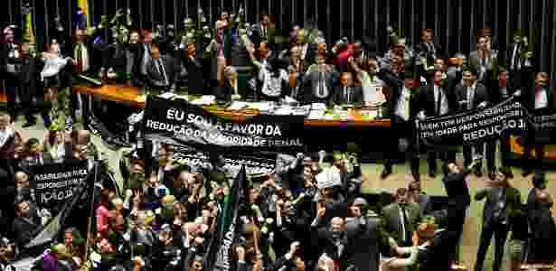 Deputados defensores da redução da maioridade penal comemoram aprovação da medida no plenário da Câmara - Pedro Ladeira/Folhapress