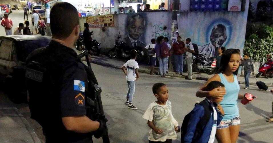 21.ago.2015 - Homem é baleado em tiroteio com policiais militares na UPP da Babilônia, na zona sul do Rio de Janeiro