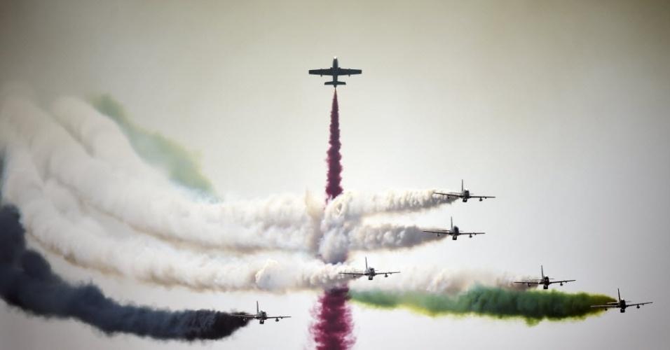 21.jan.2016 - Time de acrobacias da Força Aérea da Arábia Saudita dá um show de cores no céu de Manama, capital do Bahrain durante a abertura da edição deste ano do Bahrain International Airshow