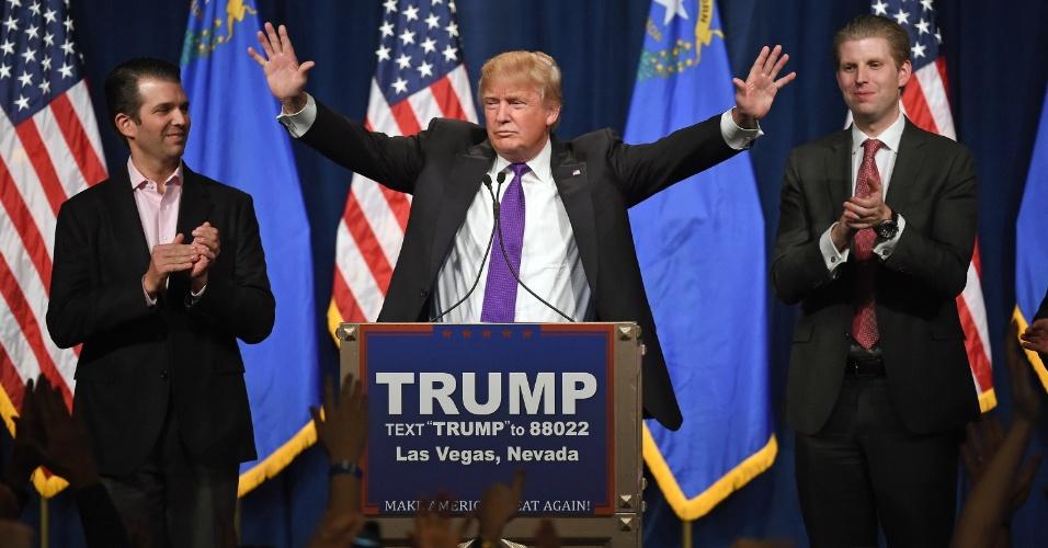 24.fev.2016 - Ao lado dos filhos Donald Trump Jr. (à esq.) e Eric Trump (à dir.), o pré-candidato republicano à presidência dos Estados Unidos, Donald Trump, é bastante aplaudido antes de iniciar discurso em Las Vegas. Segundo as projeções dos principais meios de comunicação do país, Trump venceu nesta terça-feira (23) o caucus do Partido Republicano no Estado de Nevada
