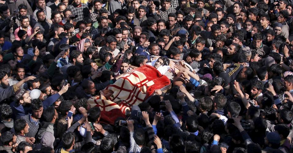 7.mar.2016 - O corpo do militante Dawood Ahmad Sheikh é carregado durante seu funeral na comunidade de Kaimuh, na Caxemira indiana, próximo à fronteira com o Paquistão. Sheikh foi morto a tiros por forças policiais indianas, que o apontaram como integrante de uma milícia paramilitar terrorista que atua na região