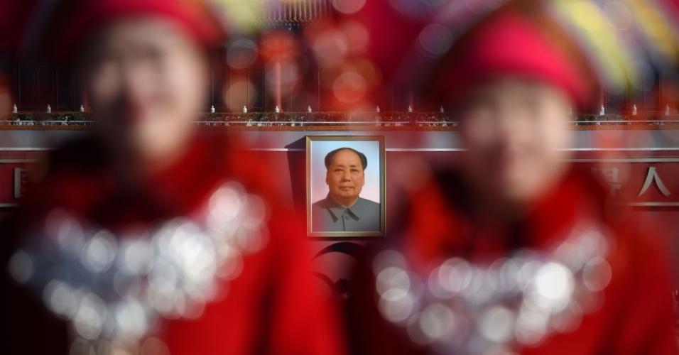 13.mar.2016 - A foto do líder comunista Mao Tse-tung é exibida na na praça Tiananmen, em Pequim, durante a sessão plenária do Partido Comunista Chinês