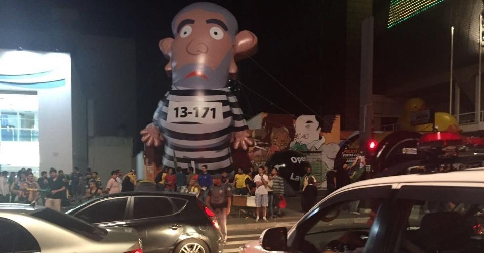 19.mar.2016 - Manifestantes contra e a favor da presidente Dilma trocam gritos na avenida Paulista, em São Paulo, ao redor do Pixuleco, instalado próximo ao prédio da Fiesp (Federação das Indústrias do Estado de São Paulo). A polícia cruzou a pista para interferir