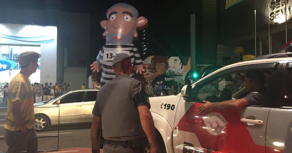 Polícia atravessa a avenida pela faixa de pedestres para interromper discussão entre campistas e grupo pró-governo ao redor do 'Pixuleco'