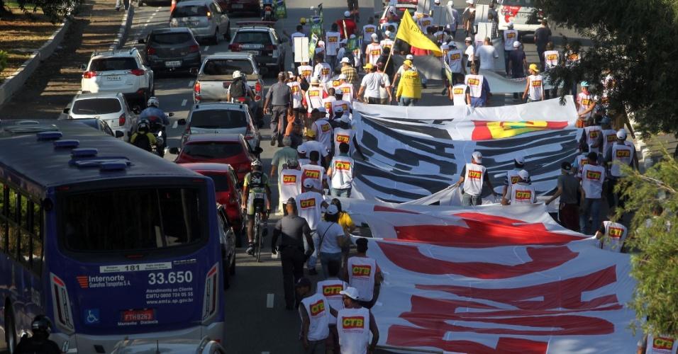 """15.abr.2016 - Manifestantes que protestam contra o impeachment da presidente Dilma Rousseff caminham em direção ao centro da cidade de São Paulo, na avenida Tiradentes. Os manifestantes estenderam uma faixa com a inscrição """"Fora Cunha"""". Os deputados federais começam a analisar no plenário da Câmara, na manhã desta sexta-feira (15), se abrem ou não o processo de impeachment"""