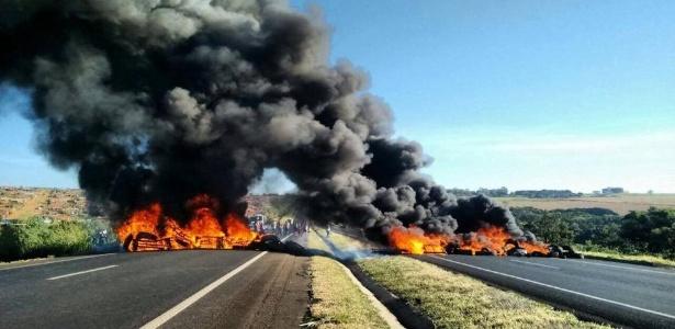 Manifestação contra o impeachment, em rodovia de Uberlândia (MG)