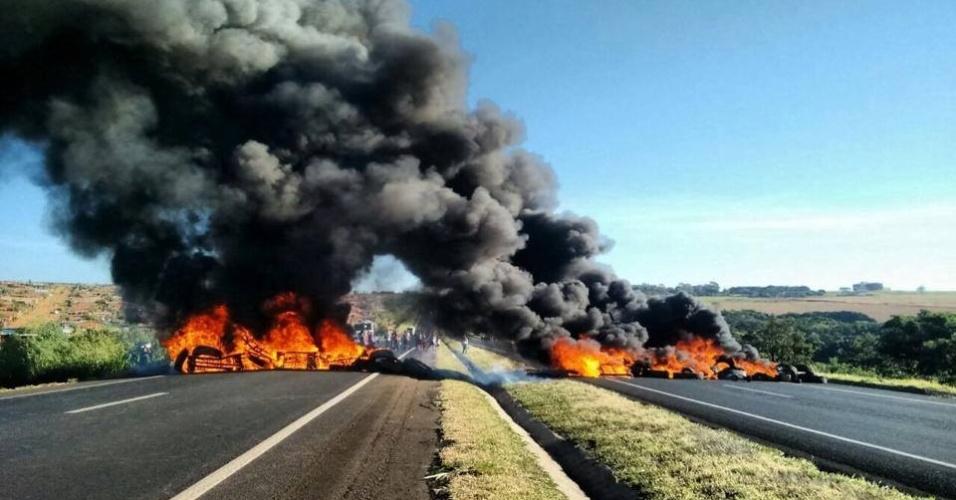 16.abr.2016 - Manifestantes do MST fecham a BR-050 na altura de Uberlândia (MG). Eles protestam pela reforma agrária e em defesa do governo Dilma Rousseff