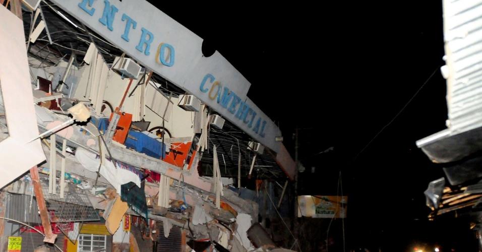17.abr.2016 - Equipes de resgate da cidade de Manta trabalham para resgatar sobreviventes de prédio que foi destruído pelo terremoto de magnitude 7,8 que atingiu o Equador na noite deste sábado (16). Já foi confirmada oficialmente a morte de pelo menos 41 pessoas, mas a expectativa das autoridades é que esse número suba à medida que os trabalhos de resgate avancem