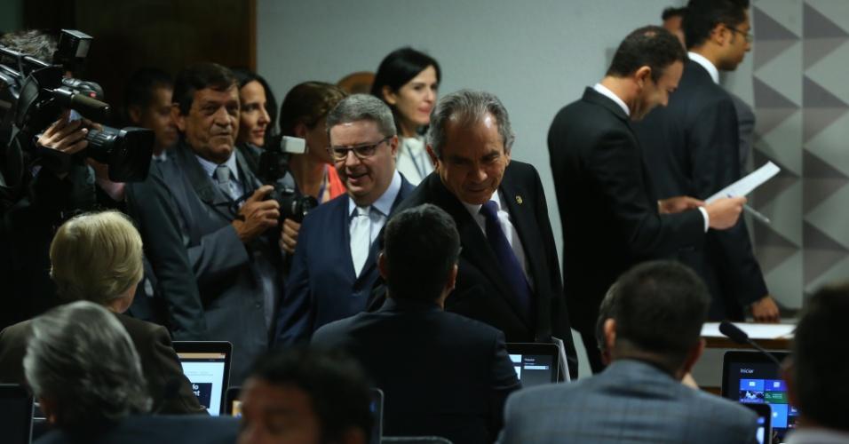26.abr.2016 - O senador Antonio Anastasia (PSDB-MG) (de óculos), eleito relator da comissão especial do impeachment, cumprimenta outros senadores ao lado do presidente eleito da comissão, o senador Raimundo Lira (PMDB- PB)