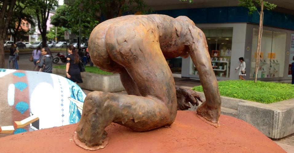 """4.jun.2016 - Expostos em Belo Horizonte, obras são feitas com lama de rejeito da Samarco. """"O que queremos mostrar é que com mesmo rejeito que causou tantos problemas podemos fazer muitas coisas, como, por exemplo, a arte"""", afirmou Maya, organizador do evento"""
