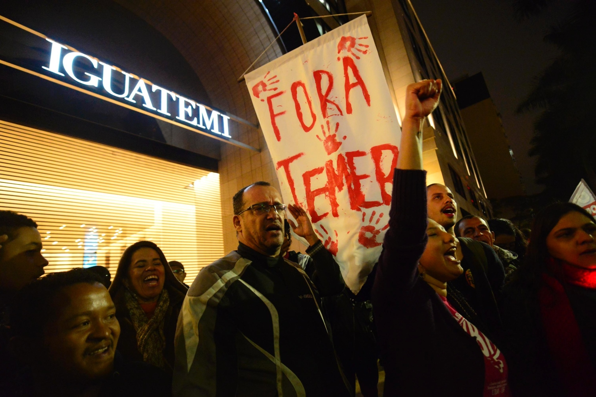 """7.jun.2016 - Manifestantes participam do ato """"Rolezinho Sem Temer"""" em frente ao shopping Iguatemi, um dos mais luxuosos de São Paulo, na zona oeste da cidade. O estabelecimento fechou as portas por causa do protesto, que pede a saída do presidente interino, Michel Temer, e dos ministros com suspeitas de corrupção, além de questionar os cortes sofridos no programa Minha Casa Minha Vida"""