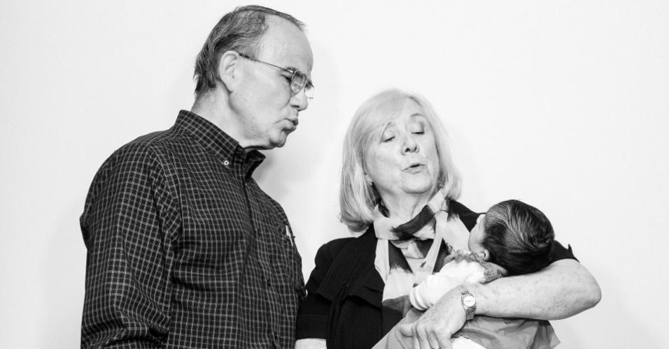 21.mai.2016 - Jim e Peggy Karas com Julia Ahmed, uma recém-nascida de uma família de refugiados que havia chegado a pouco no Canadá