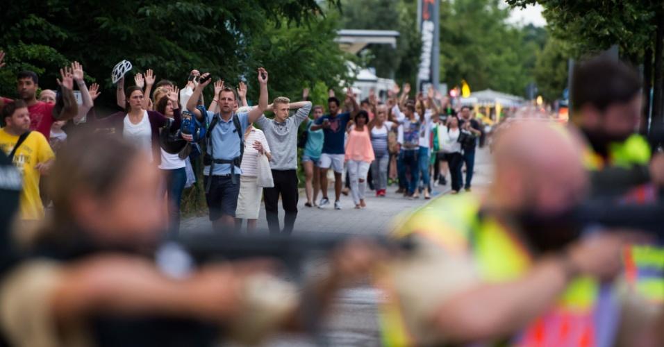 22.jul.2016 - Polícia retira pessoa do shopping Olympia em Munique, Alemanha, após tiroteio deixar mortos e feridos