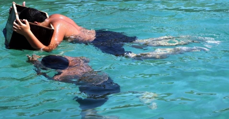 2.ago.2016 - Homens mergulham em busca de pérolas no porto de Khairan, no Kuait. Os mergulhos são realizados anualmente, sob o patrocínio do emir do país, para manter as tradições vivas