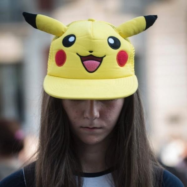 13.ago.2016 - Parece que todo mundo é time Pikachu. Essa jovem foi a um encontro que reuniu mais de 5.000 pessoas em uma praça de Madri. O objetivo? Estabelecer um recorde mundial para o maior número de pessoas jogando o Pokemon Go no mesmo lugar ao mesmo tempo