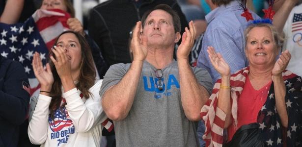 Cindy Lloyd (dir.), mãe da atleta Carli Lloyd, acompanha partida de vôlei
