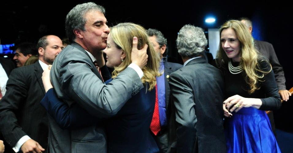 30.ago.2016 - O advogado de defesa de Dilma Rousseff, José Eduardo Cardozo, dá um beijo na testa da senadora Gleisi Hoffmann após defender a presidente afastada na tribuna do Senado Federal, em Brasília, durante julgamento do processo de impeachment
