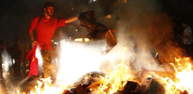 Manifestantes colocam fogo em sacos de lixo em rua de São Paulo - Fabio Braga/Folhapress