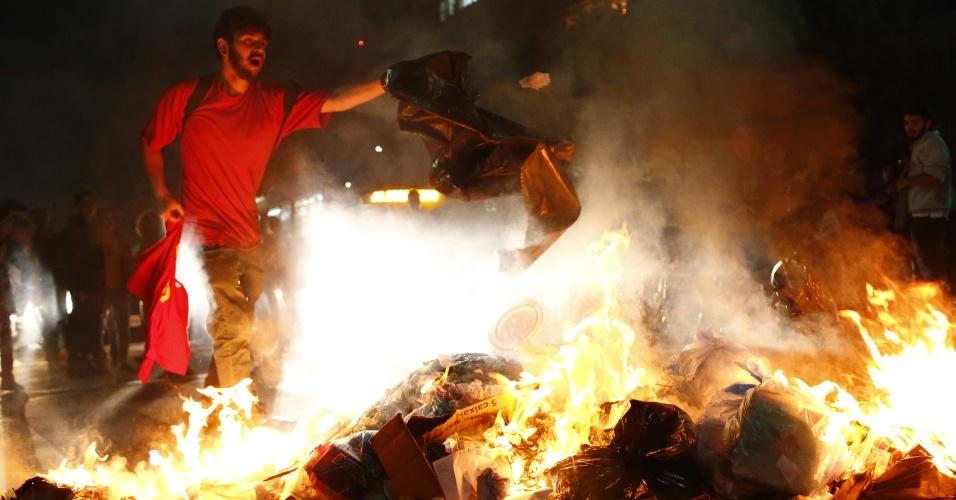 31.ago.2016 - Manifestantes incendeiam saco de lixo na rua da Consolação, no centro de São Paulo, durante protesto contra o impeachment da ex-presidente Dilma Rousseff