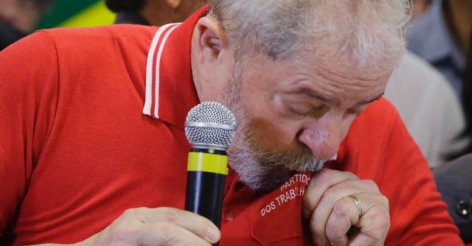 15.set.2016 - O ex-presidente Luiz Inácio Lula da Silva se emociona durante um pronunciamento, em um hotel no centro de São Paulo, sobre a denúncia oferecida pelo Ministério Público Federal (MPF) contra ele, sua mulher, Marisa Letícia, e mais seis pessoas na Operação Lava Jato