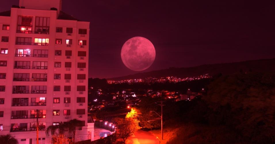 14.nov.2016 - Superlua é vista em Porto Alegre, no Rio Grande do Sul
