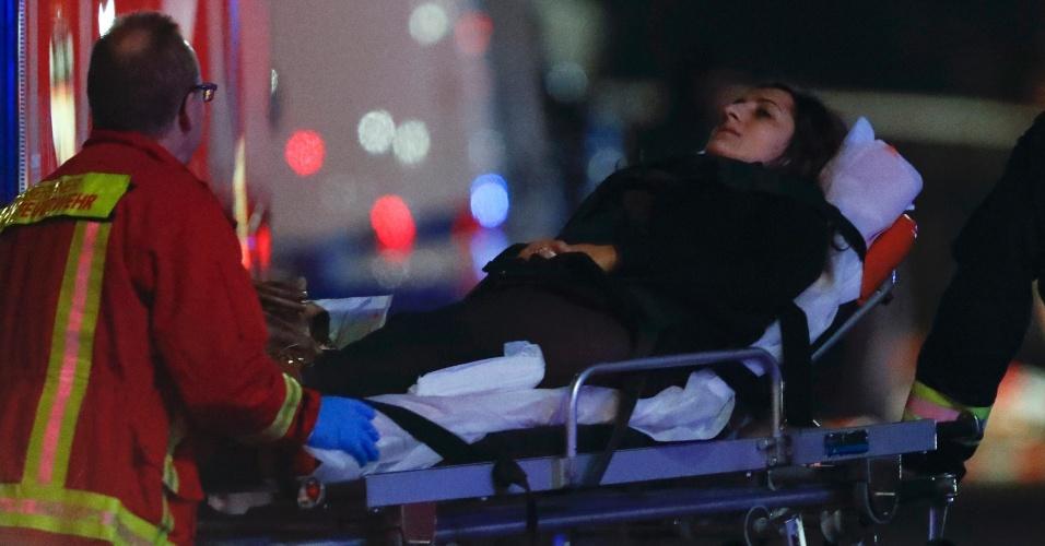 19.dez.2016 - Mulher é socorrida após um caminhão invadir uma feira natalina no oeste de Berlim, na Alemanha