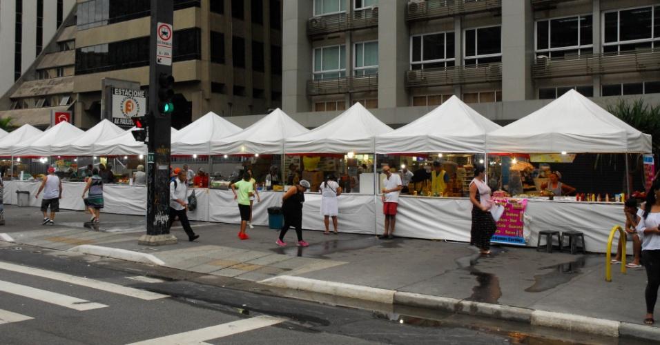 31.dez.2016 - Barracas montadas em parte do espaço das calçadas da avenida Paulista para atender ao público que acompanha a virada de ano em uma das principais vias de São Paulo