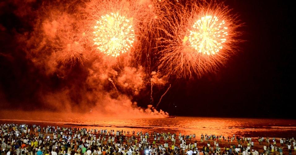 1.jan.2017 - Fogos de artifício recebem a chegada de 2017 na praia de Boa Viagem, no Recife