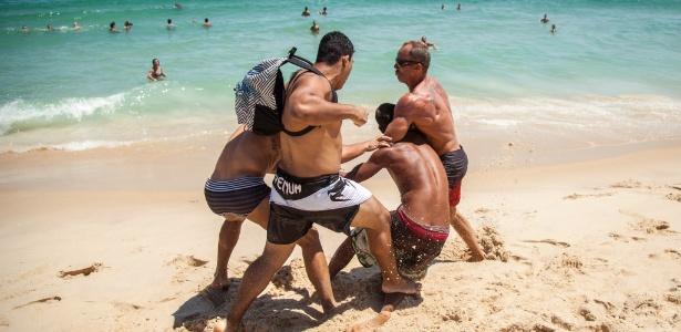 Homem apanha de banhistas na praia de Ipanema, na zona sul do Rio