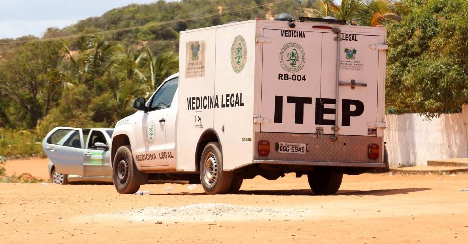 15.jan.2016 - Policiais militares entram na Penitenciária Estadual de Alcaçuz, na Grande Natal (RN), na manhã deste domingo (15),com veículo blindado, vans e carros para tentar acabar com rebelião que já dura mais de 13 horas. Há ao menos dez mortes confirmadas durante a rebelião
