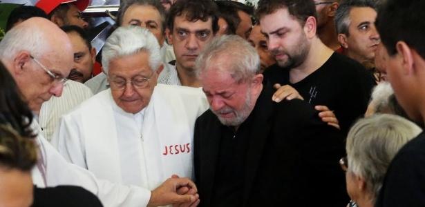 Lula se emociona durante o velório de sua mulher Marisa Letícia, em São Bernardo