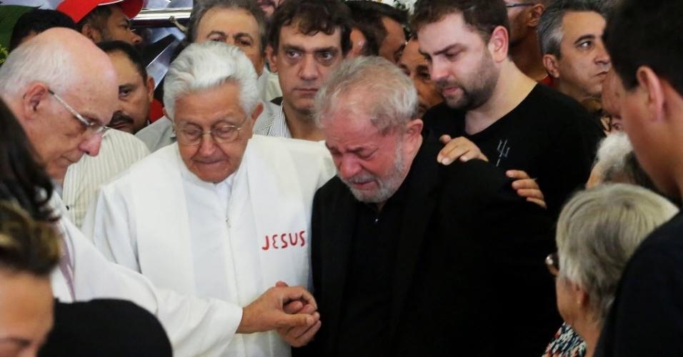 04.fev.2017 -- Lula se emociona ao durante o velório de sua mulher Marisa Letícia, em São Bernardo do Campo (SP)