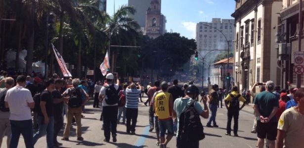 PMs reagiram aos manifestantes, que lançaram fogos de artifício durante o protesto