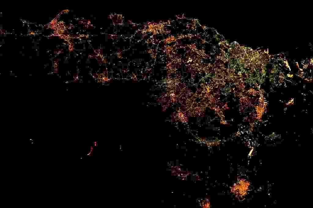 21.mar.2017 - Imagem feita do espaço pelo astronauta Thomas Pesquet, da ESA (European Space Agency), mostra o vulcão Etna, na Sicília (Itália), entrando em erupção, à noite (são os pontos vermelhos, no canto inferior da imagem, à esquerda) - Thomas Pesquet/ESA