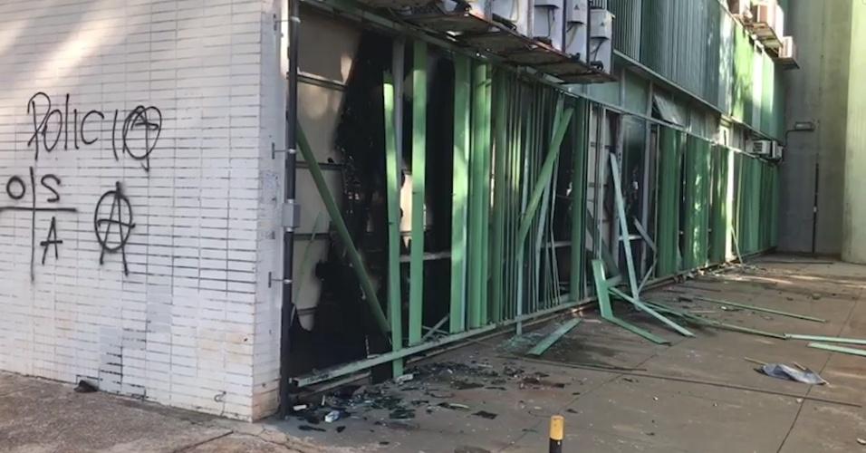 24.mai.2017 - Prédio do Ministério da Fazenda fica danificado e pichado após ser atacado por manifestantes durante protesto em Brasília