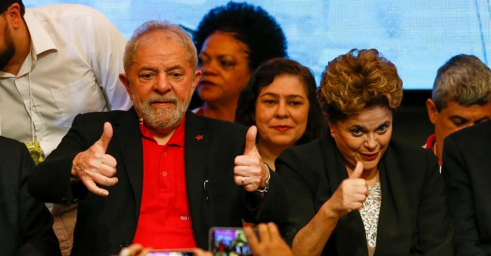 01.jun.2017 - Ex-presidentes Luiz Inácio Lula da Silva e Dilma Rousseff acenam durante abertura do 6º Congresso do PT