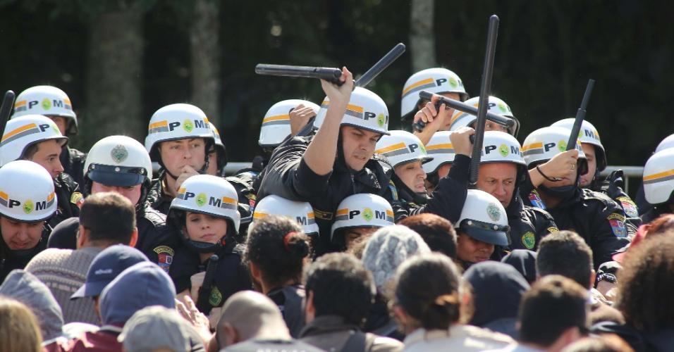 """26.jun.2017 - Manifestantes e policiais militares entram em confronto durante sessão plenária dos vereadores para votação do pacote de ajuste fiscal proposto pelo prefeito Rafael Greca (PMN), chamado pelos servidores de """"Pacotaço do Greca"""", em Curitiba, nesta segunda- feira"""