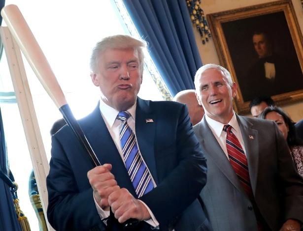 17.jul.2017 - O vice-presidente dos EUA, Mike Pence, ri enquanto o presidente Donald Trump segura um taco de baseball em evento na Casa Branca