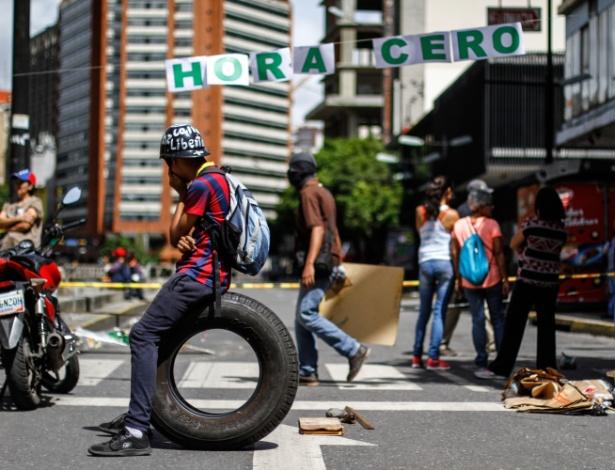 Manifestantes bloqueiam rua de Caracas em dia de greve geral no país