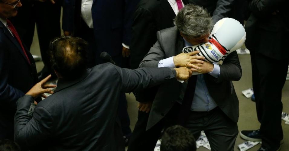 Deputado Paulo Teixeira (PT-SP) puxa e tenta furar com os dentes o pixuleco que estava com o deputado Wladimir