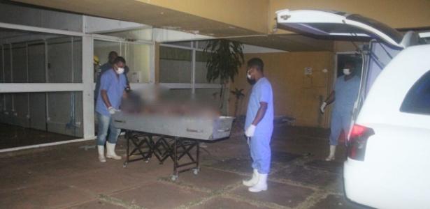 Funcionários do IML de Itabira (MG) retiram corpos de faculdade desativada