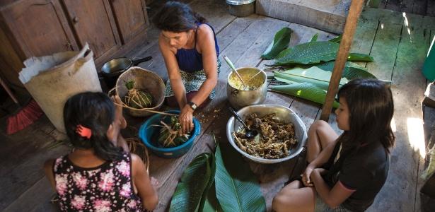 ͍ndias jaminawas preparam comida enrolada em folhas para festa da comunidade - Fernando Martinho/Repórter Brasil